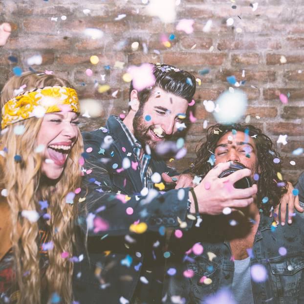 Horoskop: Vier Freunde machen Party