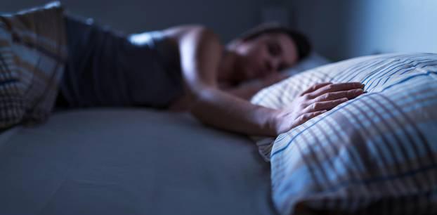 Fremdgeh-Atlas: Eine Frau liegt allein im Doppelbett neben einem leeren Kissen
