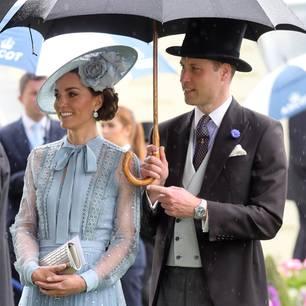 Prinz William und Herzogin Kate mit Regenschirm