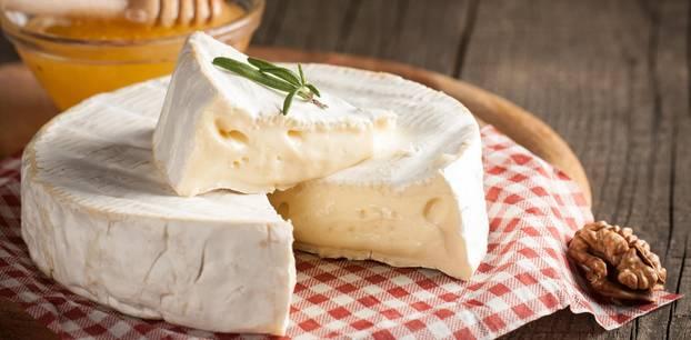 Weichkäse: Camembert auf Brettchen