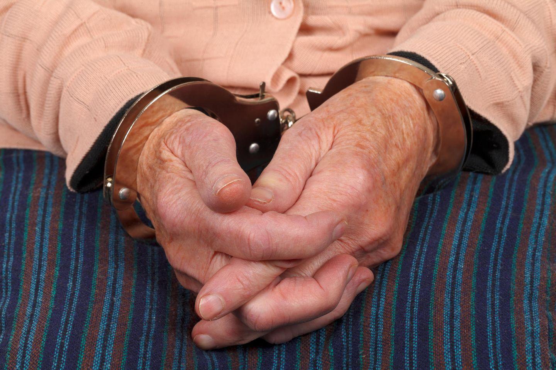 93-Jährige lässt sich verhaften: Ältere Hände in Handschellen