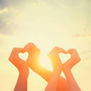 Studie: Zwei Paar Hände formen jeweils ein Herz
