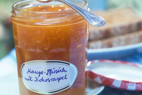 Mango-Pfirsich-Konfitüre mit Kokosraspeln