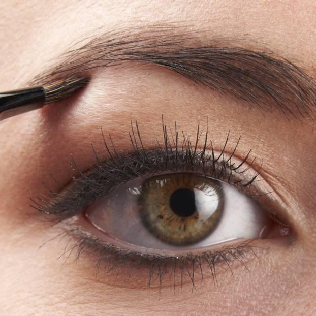 Augenbrauen schminken: Schminkpinsel angesetzt an einer Augenbraue