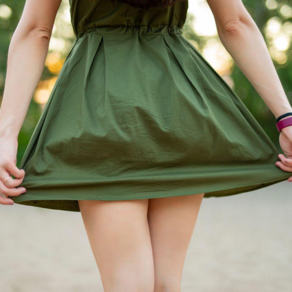 Was an kurzen Kleider nervt: Frau in grünem Kleid