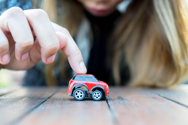 Reddit: Eine junge Frau spielt mit einem Auto für Kinder