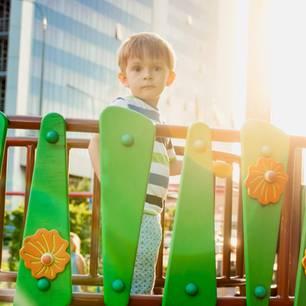 Kleiner Junge auf Klettergerüst
