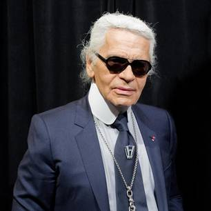 Karl Lagerfeld ist für seine schwarze Brille und die weißen Haare bekannt.