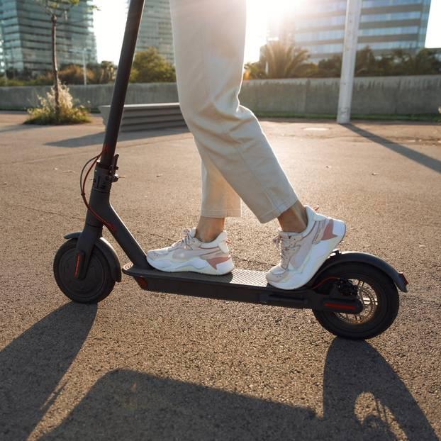 E-Roller: Darum polarisieren die Scooter so: Frau auf E-Roller