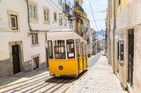 Reiseziele für Mädelstrips: Gelbe Straßenbahn in Lissabon