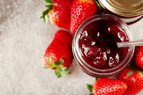 Erdbeerkonfitüre mit ganzen Früchten