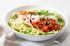 Gemüsenudeln mit schneller Bolognese