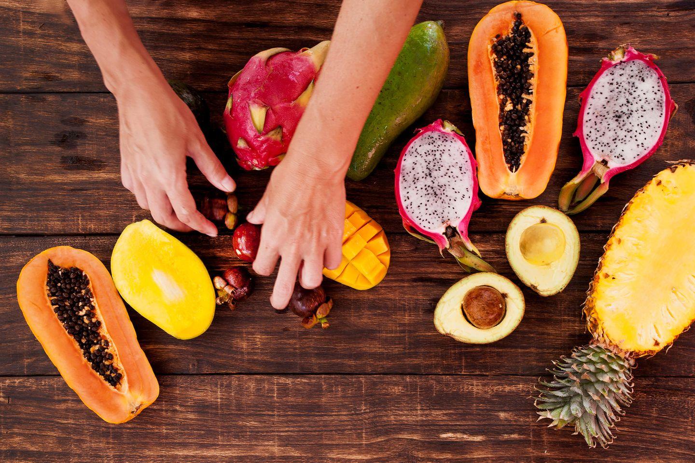 Enzym-Diät: Frau schneidet exotische Früchte