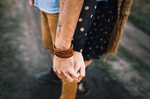 Die wichtigste Zutat für eine glückliche Beziehung: Ein Pärchen hält Händchen