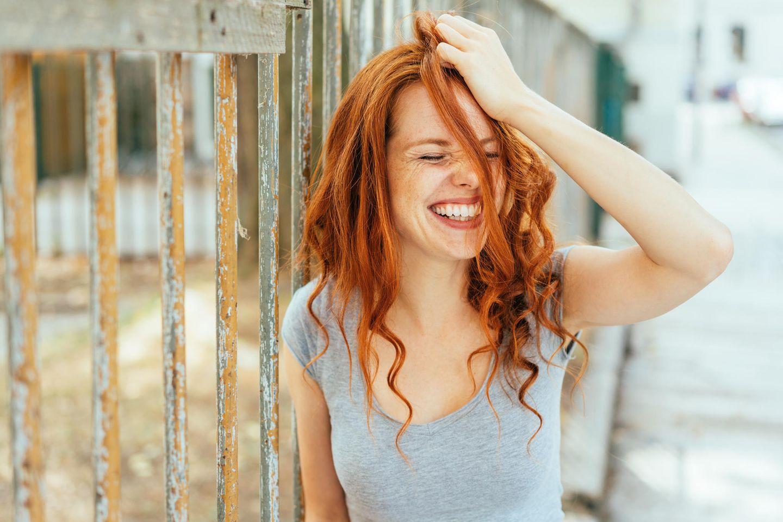 Horoskop: Eine Frau schlägt sich mit der Hand an den Kopf