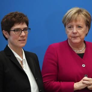 Annegret Kramp-Karrenbauer und Angela Merkel bei einem öffentlichen Auftritt.