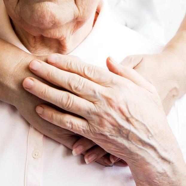 Vater wiedergefunden: Hände halten einen älteren Mann