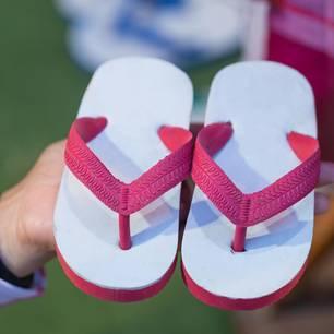 Riechen Flip Flops unangenehm, könnten krebserregende Stoffe enthalten sein.