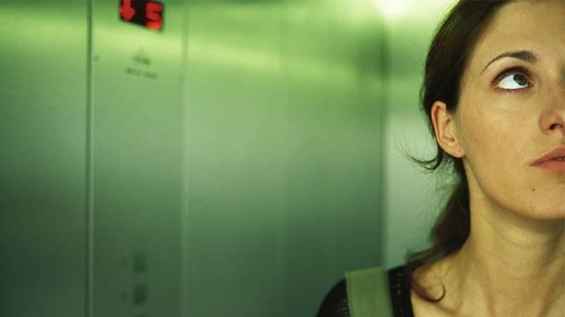 Frau bleibt bei 40 °C im Fahrstuhl stecken: Das rettet ihr Leben!