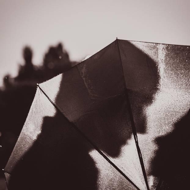 Die schönsten Filmküsse: Zwei Menschen küssen sich hinter einem Schirm