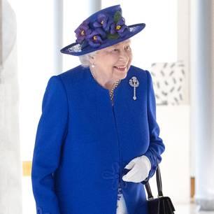 Queen Elizabeth II.: Die Queen in einem blau-weißen Kostüm