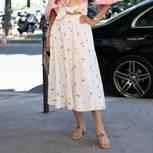 Frau in sommerlichem Outfit mit Kit-Flops an den Füßen