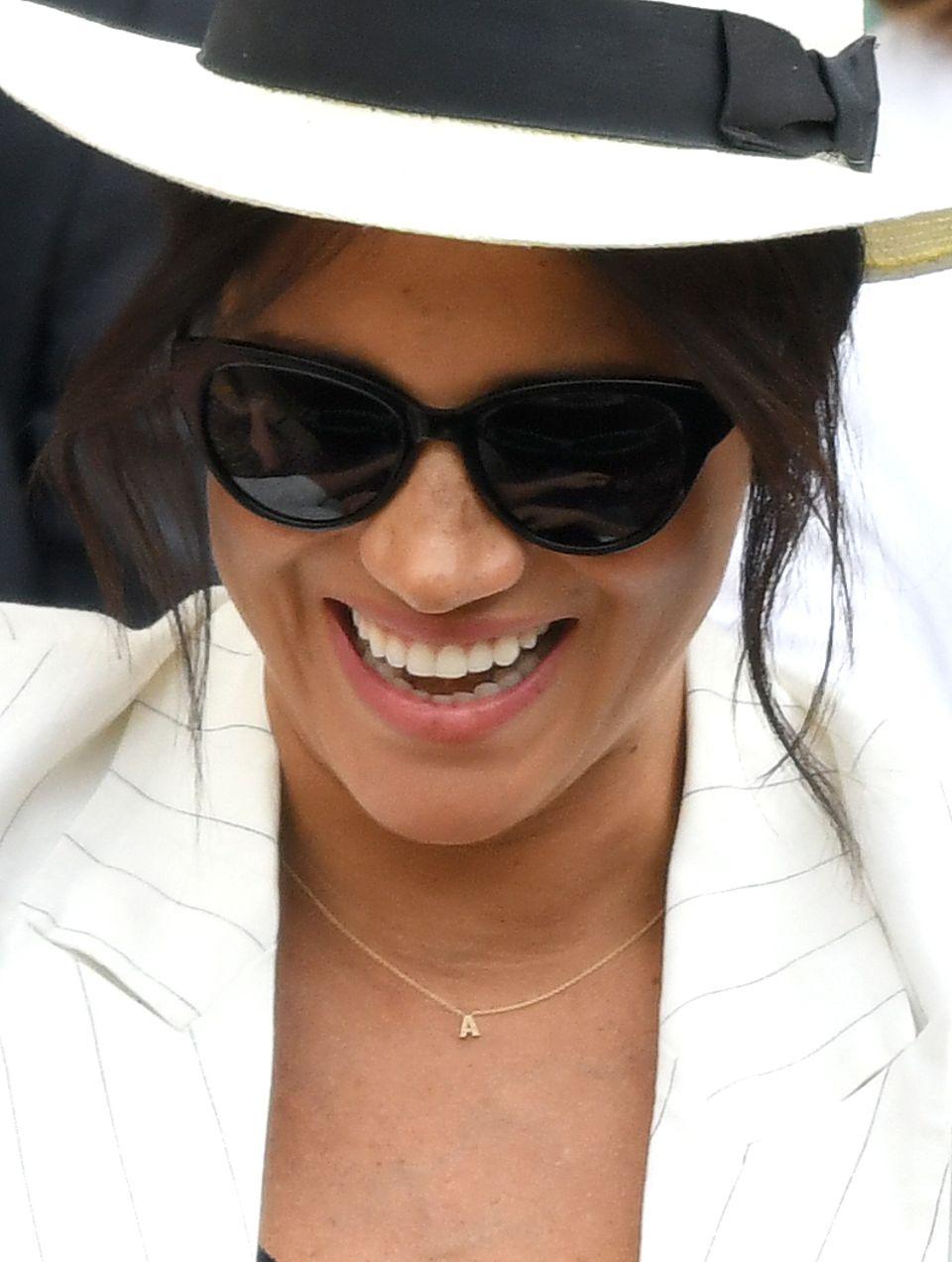 Herzogin Meghan überrascht mit ihrer goldigen Halskette