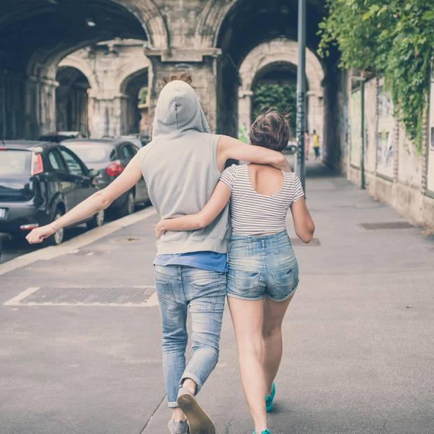 Verliebt in den besten Freund: zwei Freunde schlendern die Straße entlang