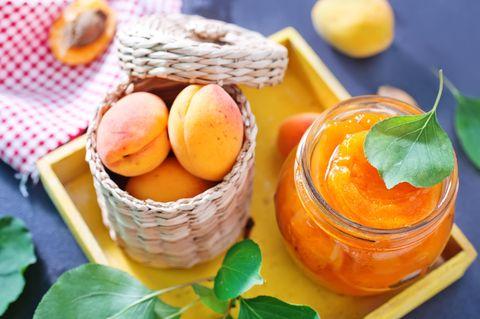 Aprikosenmarmelade im Glas