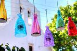 Gartendeko selber machen: Bunte, hängende Windlichter