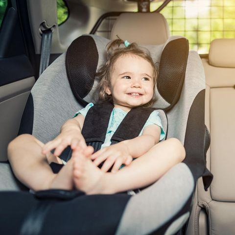 Die besten Kindersprüche aus dem Auto: Mädchen im Kindersitz