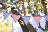 Gartendeko selber machen – die schönsten Ideen: Wimpelkette im Garten