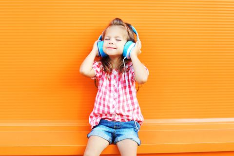 Hilfe, mein Kind hört Silbereisen und Rammstein!: Kind hört Musik über Kopfhörer