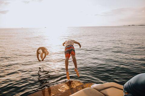 Partyurlaub: Zwei Jungs springen ins Wasser