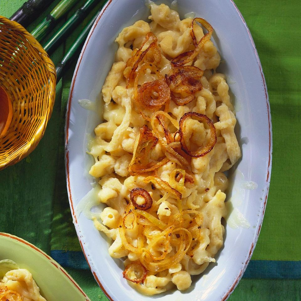 Käsespätzle mit braunen Zwiebeln
