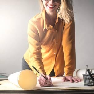 Neue berufliche Abenteuer: Frau vor dem Schreibtisch