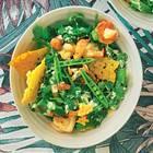 Pfifferling-Kräuter-Salat mit Garnelen und Ceasar-Dressing