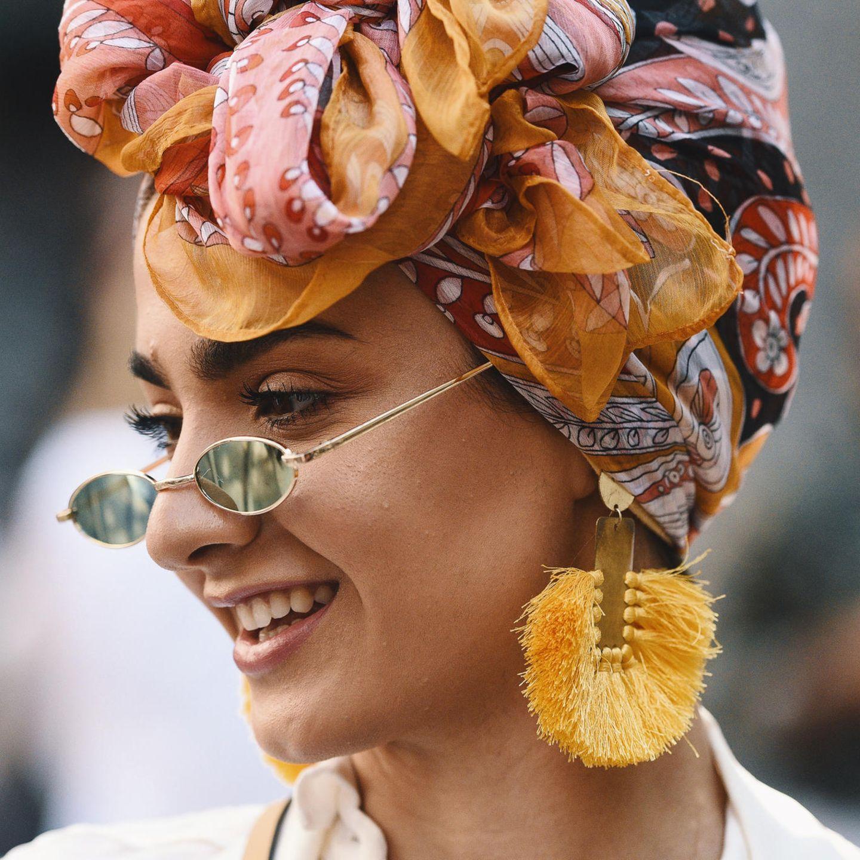Bandana Frisuren: Frau mit buntem Bandana um die Haare gewickelt