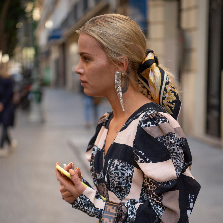 Bandana Frisuren: Frau mit längeren Haaren und tieferen Zopf und Bandana herumgewickelt