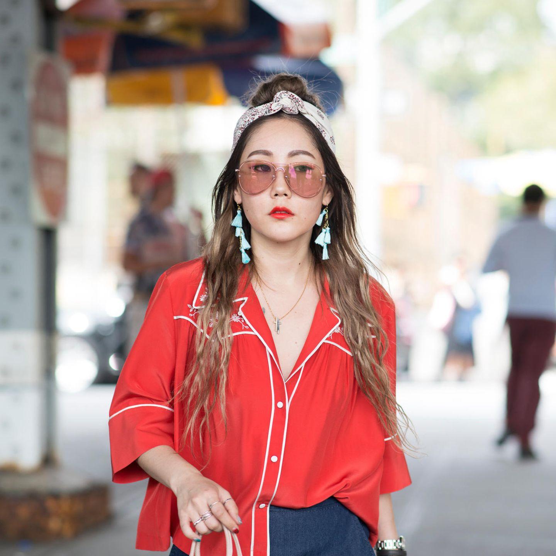 Bandana Frisuren: Frau mit langen Haaren und vorne geknotetem Bandana