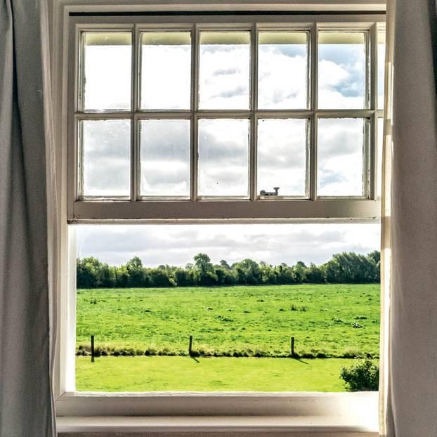 Housesitting: Fenster mit Ausblick aufs Land