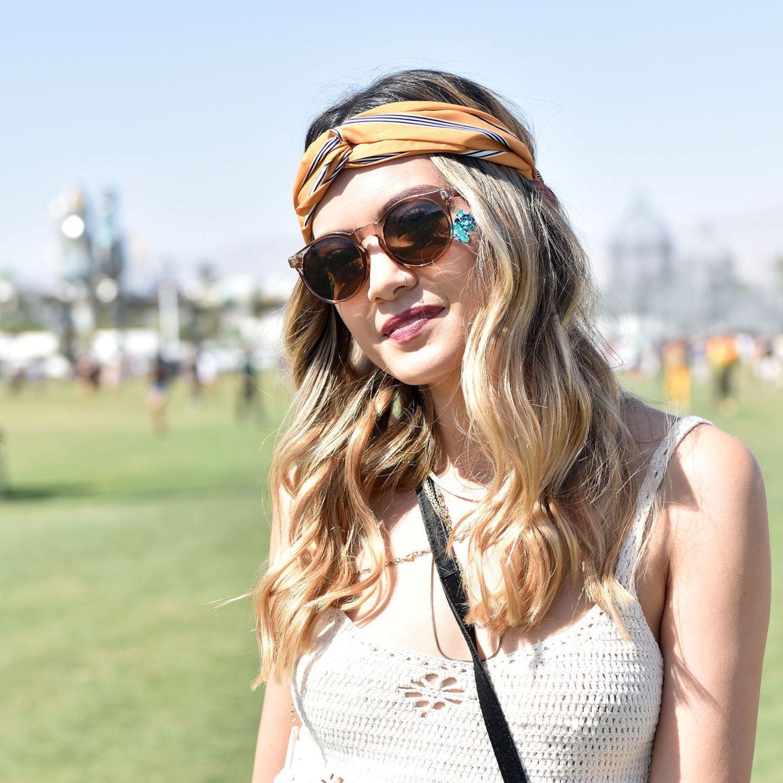 Bandana Frisuren: Frau verknotetes Kopftuch über Stirnpartie