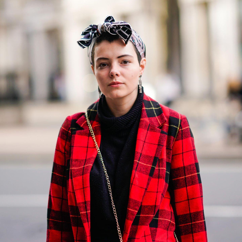 Bandana Frisuren: Frau mit zur Schleife geknotetem Kopftuch