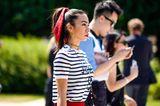 Bandana Frisuren: Frau mit hohem Zopf, darum ein Bandana gewickelt