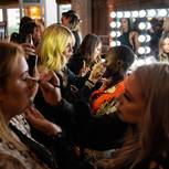 Augenbrauengel: Frauen malen Augenbrauen nach