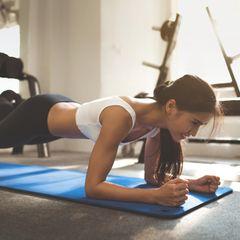 Training zu Hause: Diese Übungen lassen dein Bauchfett schmelzen
