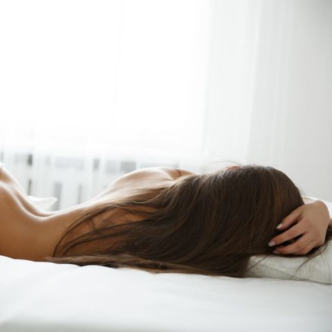 Squirten: Eine Frau liegt im Bett