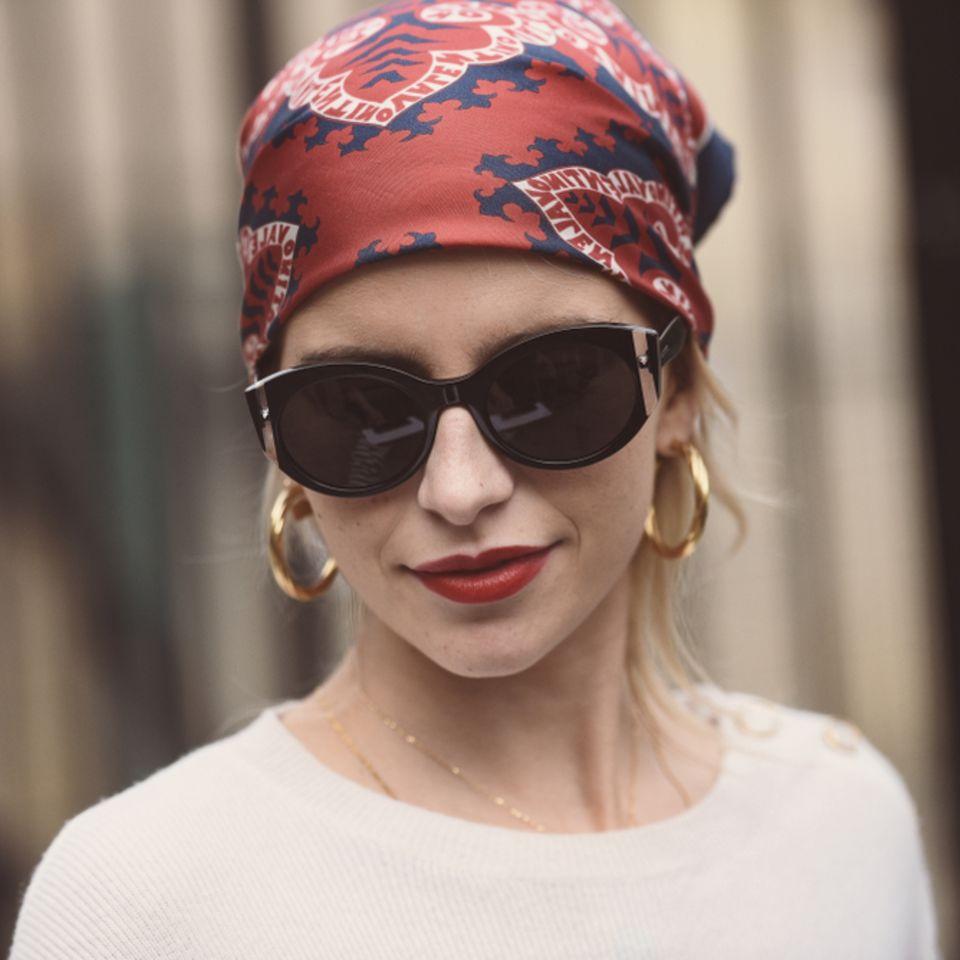 Bandana-Frisuren für lange und kurze Haare: Frau mit Tuch und Sonnenbrille