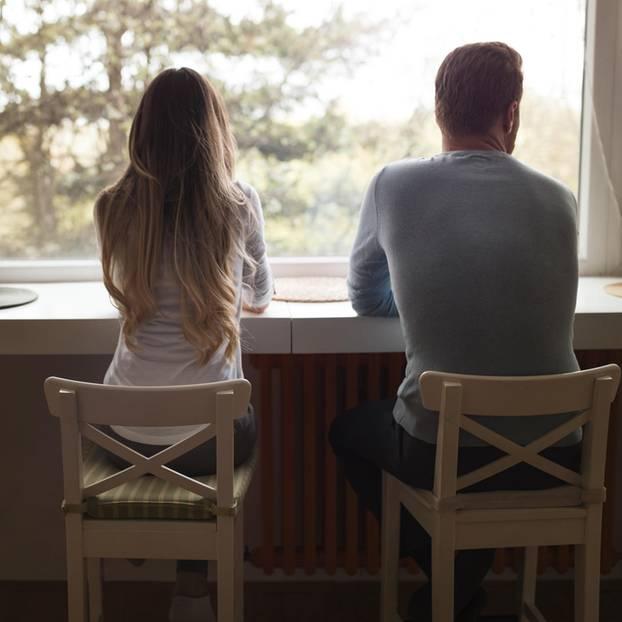 Warum ignoriert mein Partner mich? Ein Pärchen von hinten nebeneinander sitzend