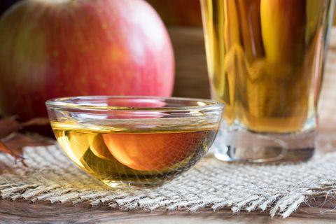 Apfelessig trinken: Apfelessig in Schale